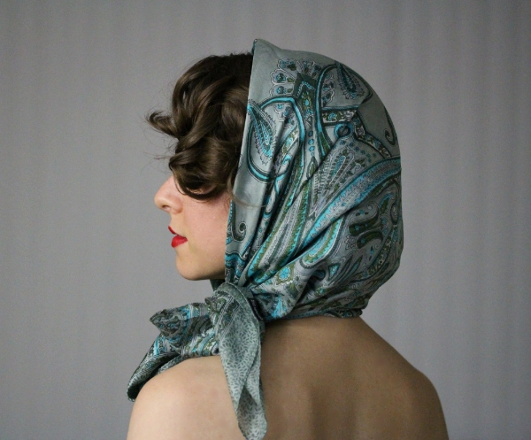 Chic Vintage Driving Scarf Tutorial #vintage #hair #style #scarf #diy
