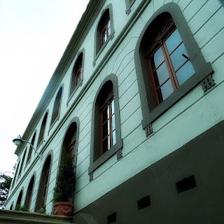 Fachada do Museu Municipal de Caxias do Sul. Escadaria e janelas envidraçadas.