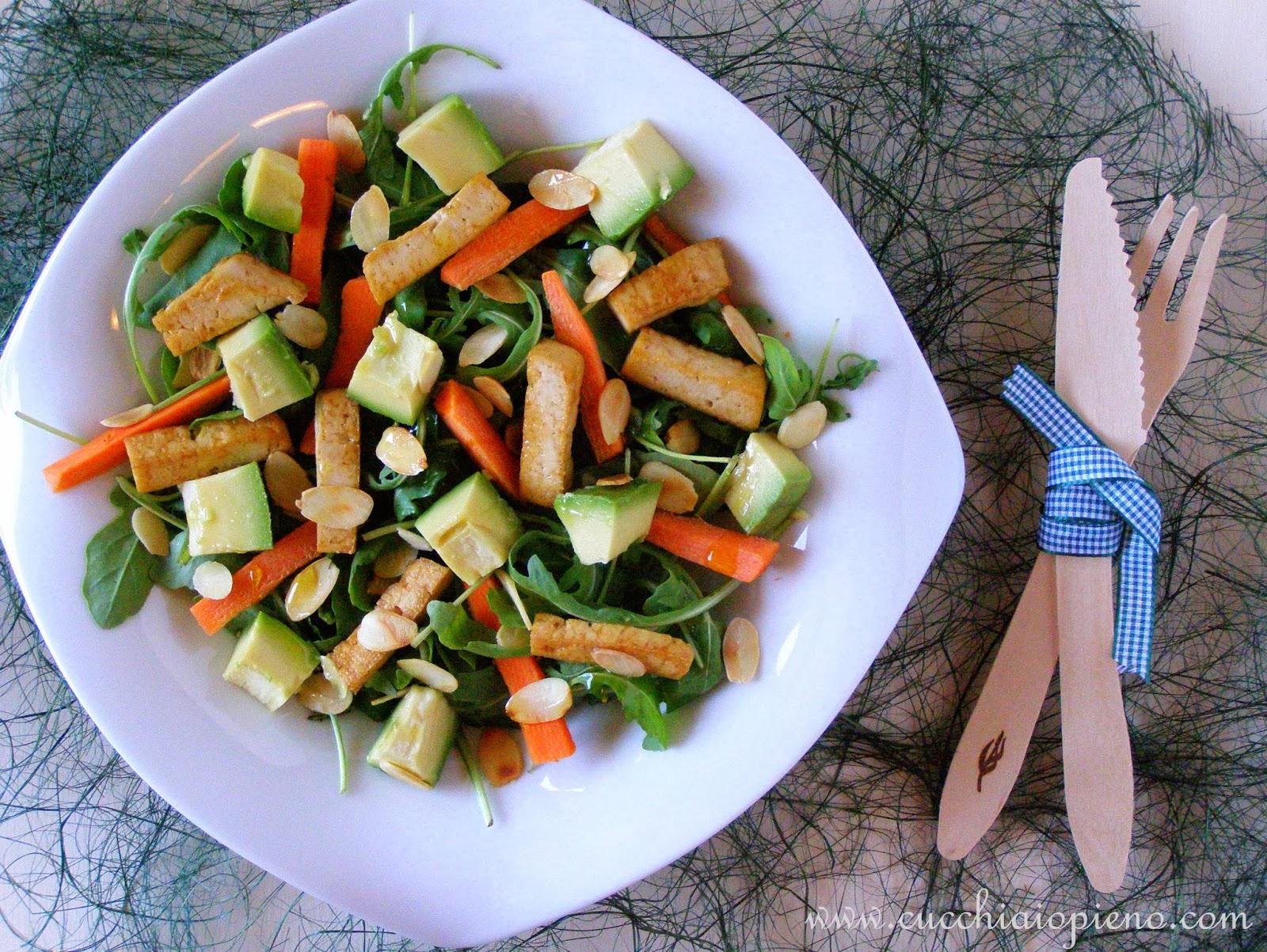 salada de tofu, abacate, rúcula e amêndoa
