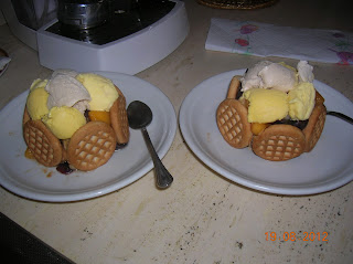 dessert con  macedonia di frutta mista  e gelato.------