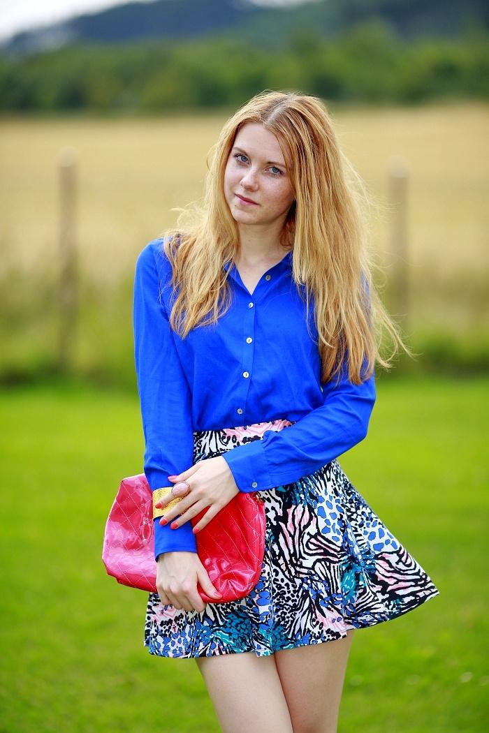 modrá košile, new yorker, sukně s potiskem, výrazné barvy, móda
