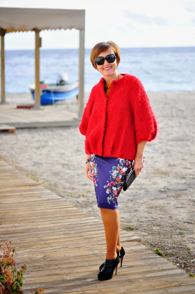 Look mamá: falda de tubo con flores y abrigo rojo