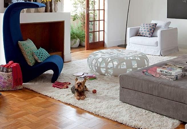 piso de tacos com móveis brancos, cinza e azul marinho - Revista Casa e Jardim