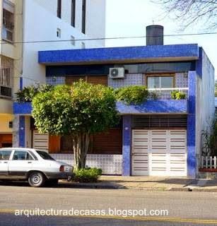 Casa residencial de barrio con fachada contemporánea de azulejos