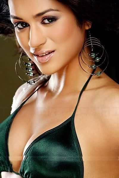 Shraddha Das in green bra exposing her assets
