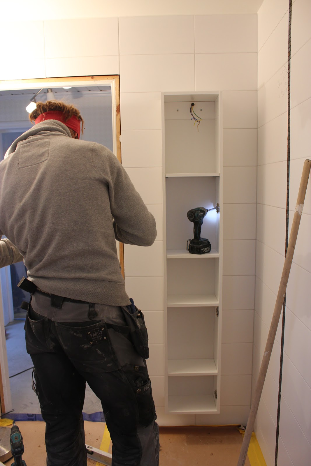 Ett badrum blir till: dag 14   montering skåp och duschvägg