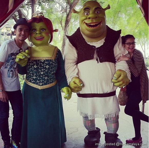 Tomok Dan Ayu aYang Sedang Mengandung Bersiar-Siar di Universal Studio
