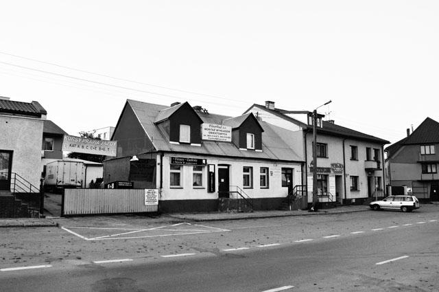 Końskie, ulica Targowa. To od tych budynków od początku XX wieku początek brała ulica Nowy Świat. W głębi, za tymi budynkami rosły dwa potężne jesiony. Fot. Bartłomiej Woźniak