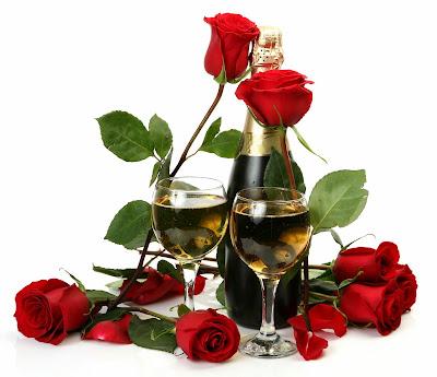 Champán y rosas rojas con botella y copas de cristal brindis