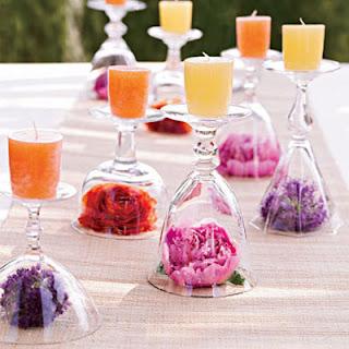Centro con copa invertida con velas y flor