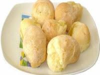 Imagem do pão de queijo mineiro já prontos para servir em um prato.