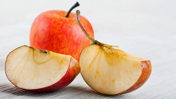 Por que as maçãs oxidam depois de cortadas?