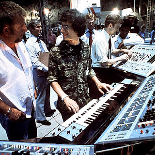El set de rodaje de Close Encounters Of The Third Kind (1977), con el director Steven Spielberg frente al sintetizador modular ARP 2500 con el ingeniero Phil Dodds a su izquierda.