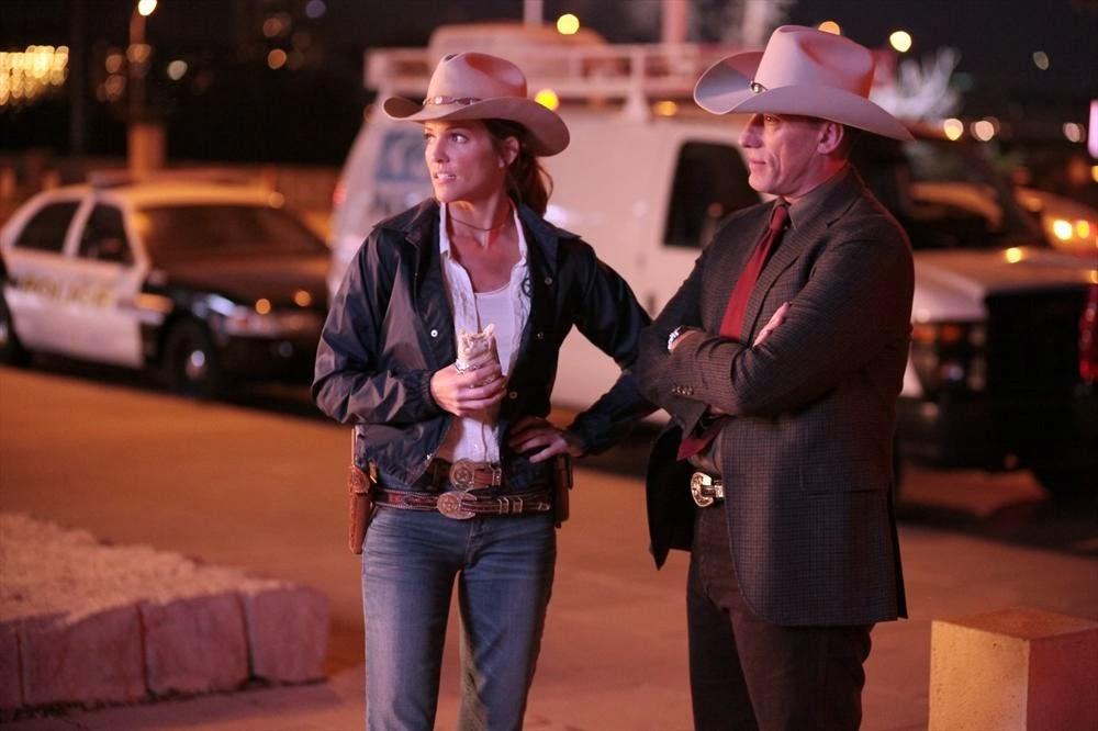 Molly Parker y su jefe junto al escenario del crimen en Killer Women