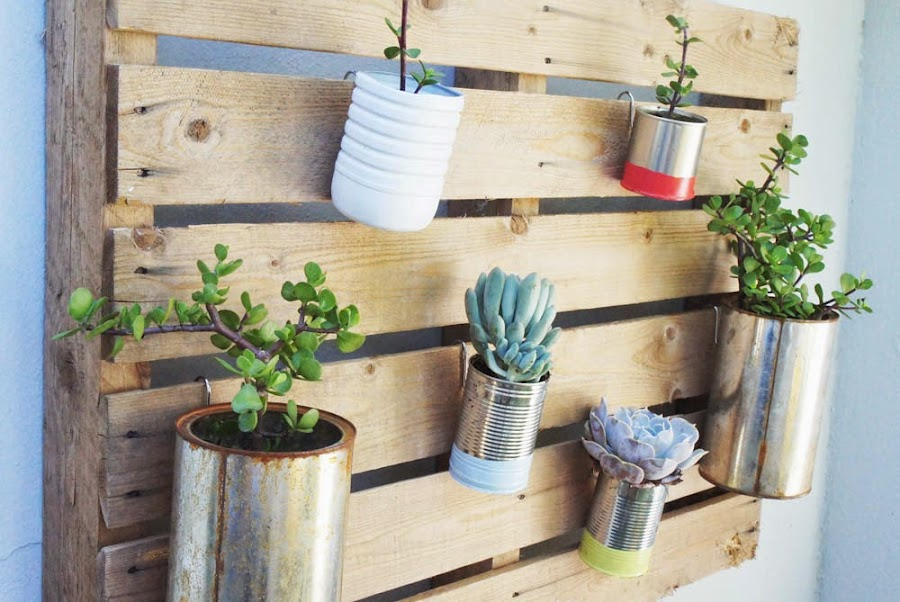 2 tutoriales para jardines verticales con palets ecolog a for Macetas para muros verticales