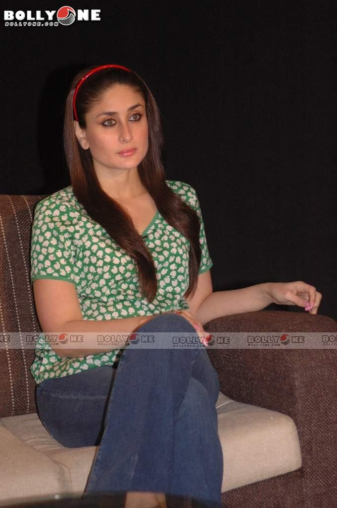 Kareena Kapoor in Green Polka Top1 - Kareena Kapoor, Imran Khan Promotes Ek Main Aur Ekk Tu Movie