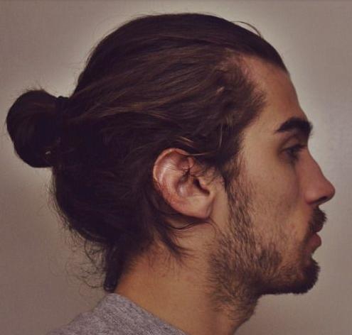 Contoh style rambut pria bun bagian belakang sisi tengah