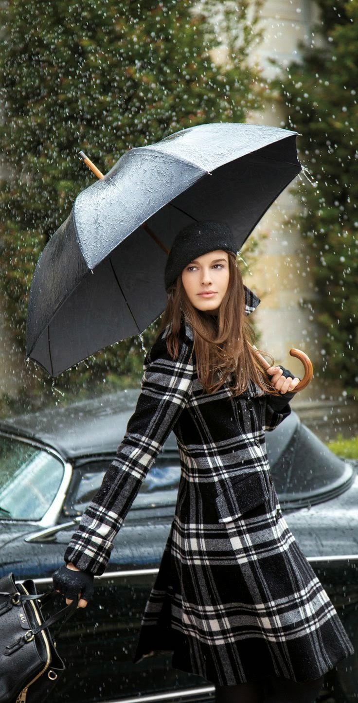 Look para a chuva - trench coat aos quadrados pretos e brancos