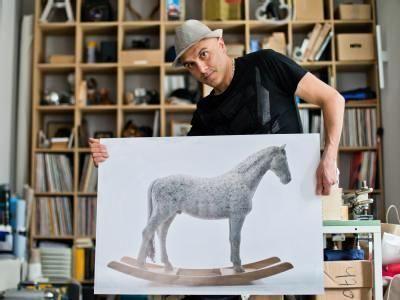 Patung Kuda Ini Dibuat Dari 18 Ribu Keyboard Komputer! [ www.BlogApaAja.com ]