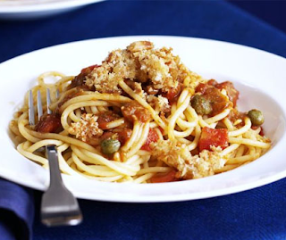 Pesto & tomato pasta with crispy crumbs