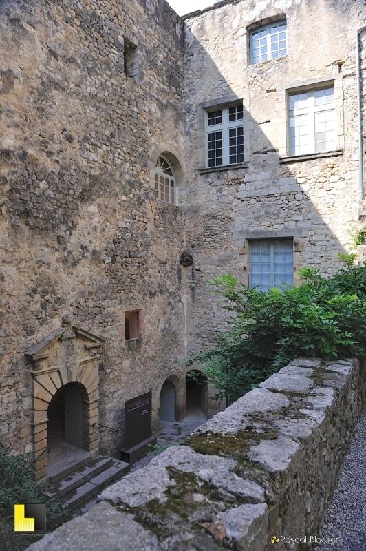 la cour du château de Vogüé photo blachier pascal