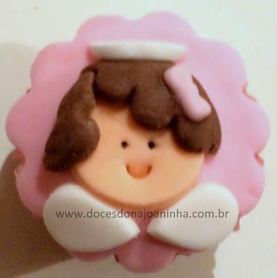 Mini cupcake decorado com anjinho para lembrancinha de batizado em rosa