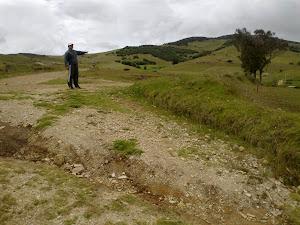 Cruce a la derecha para llegar a los monolitos