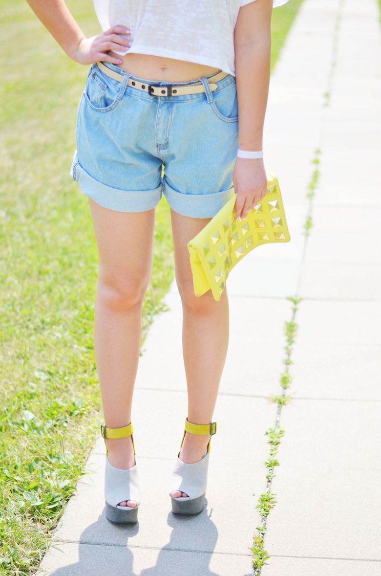Outfit_Muschel_Print_Crop-Top_Oversized_Jeans_Shorts_Sommer_gelbe_Clutch_ViktoriaSarina