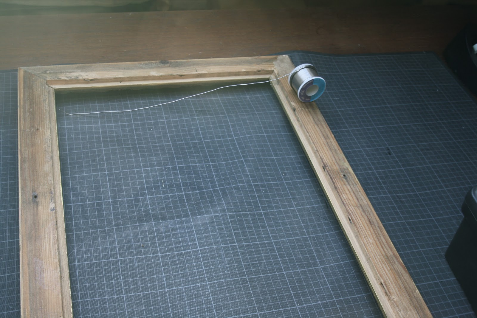 emmerdante diy le cadre porte bijoux. Black Bedroom Furniture Sets. Home Design Ideas