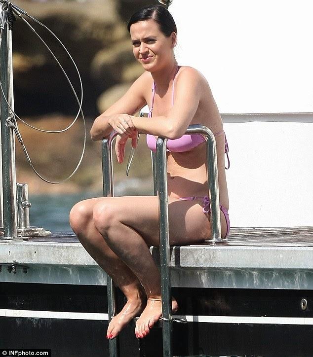 كاتي بيري تظهر بالبكيني تستمتع بأشعة الشمس في ميناء سيدني