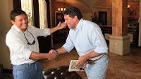 Mario Berrios saludando al seleccionador Luis Suarez