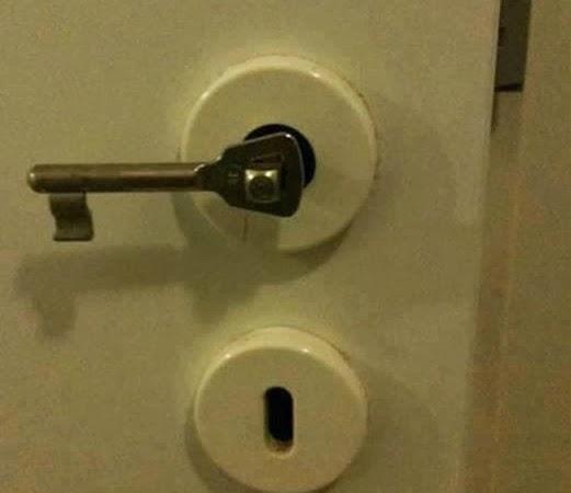 La maniglia della porta rotta usa la chiave casa servizi - Maniglia della porta ...