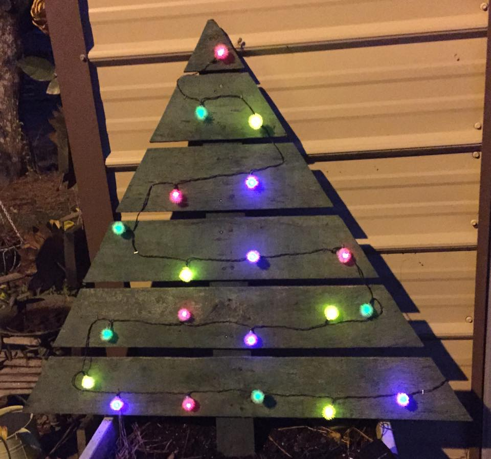 Me and My Crafties: Pallet Christmas Tree