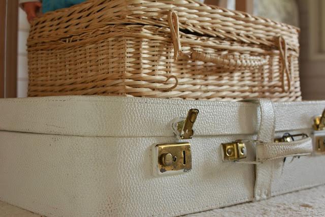 Rottinkinen laukku ja vanha matkalaukku - Muonamiehen mökki