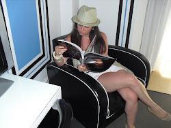 Leyendo BAZAAR en el Room Mate Lola de Málaga