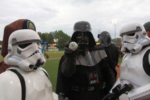 Дарт Вейдер пришёл поддержать любимую бейсбольную команду