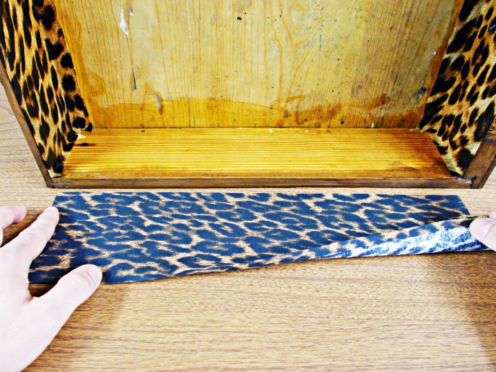 DIY-decoración-cómoda-mueble-restaurar-forrar-cajones-tela-leopardo-10