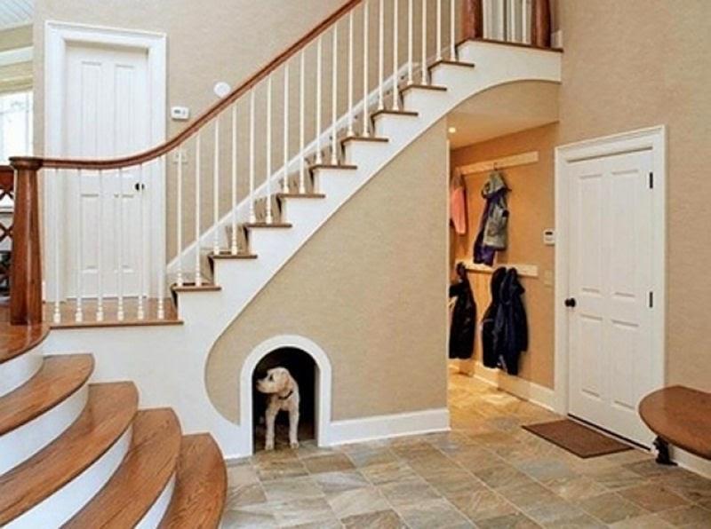 caseta del perro debajo de la escalera