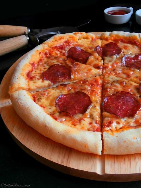 Domowa Pizza z Salami i Serem w Rantach - Przepis - Słodka Strona