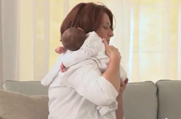 Cara menggendong bayi kolik