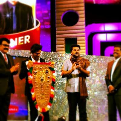 Shah Rukh Khan received the Ujala Asianet Film Awards in Dubai.