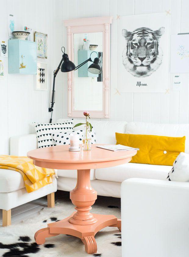 Salón nórdico con pinceladas de color