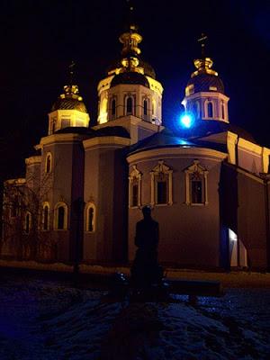 Памятник Иисусу на фоне Михайловского собора