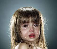 كيف تحمي أطفالك من التحرش والاعتداء عليهم - طفل يبكى طفلة بنت صغيرة تبكى حزينة