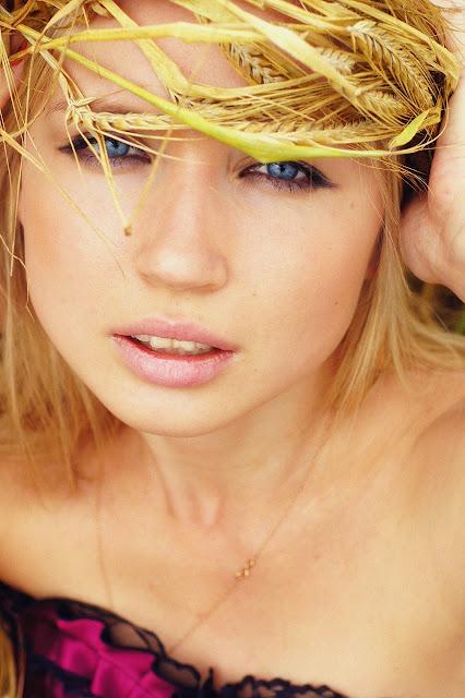 портрет девушки с голубыми глазами и венком на голове