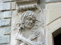 Representació escultòrica de la vellesa a la portalada de Santa Maria. Autor: Carlos Albacete
