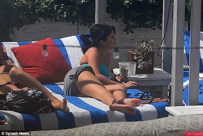 Foto Seksi Selena Gomez Berbikini Hijau