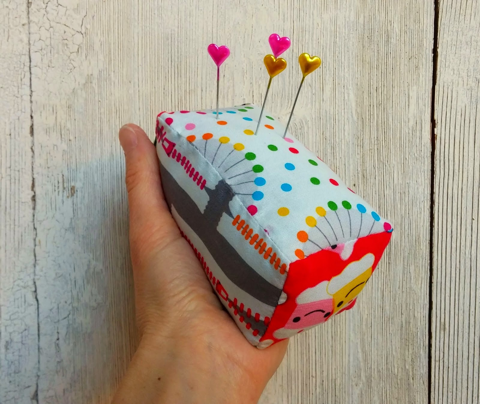 http://ellaandnesta.blogspot.it/2015/01/how-to-make-two-sided-magnetic-fabric-pin-cushion-tutorial.html