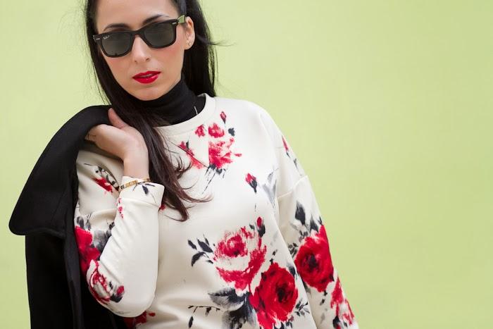 Withorwithoutshoes Bloguera valenciana con Sudadera de flores rojas de neopreno y labios rojos