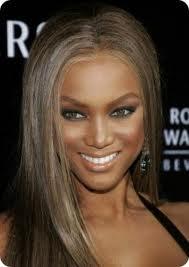 En ambos casos, se deben evitar los marrones porque el rostro se verá opacado, ya que no se genera contraste con tu color de piel.